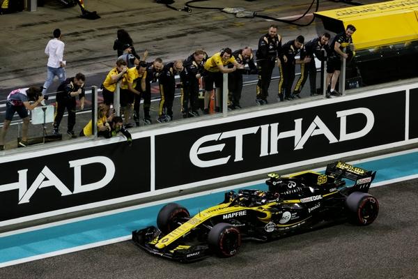 Carlos Sainz course Abu Dhabi 2018